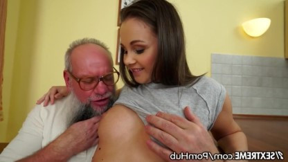 Дедушка наслаждается пиздой родной внучки Liza Shay и без стеснения ебет девку