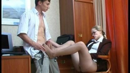 Грозная начальница осталась очень довольной после перепихона с молодым парнем