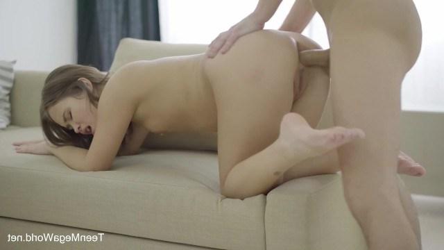 Анальная дырка телки привыкает к члену парня и это доставляет ей радость