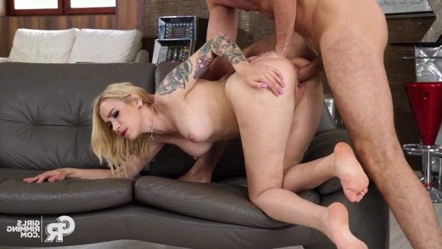 Аромат мужской жопы заводит телку и она делает партнеру римминг перед сексом