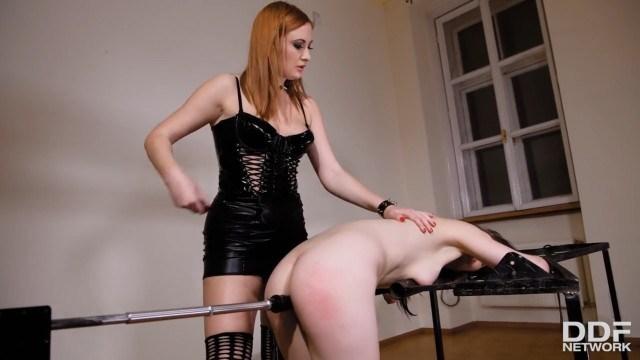 Безжалостная госпожа избивает рабыню и трахает связанную сучку секс-машиной