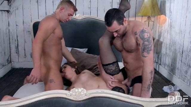 Брюнетка проснулась с двумя мужиками и устроила анальный разврат