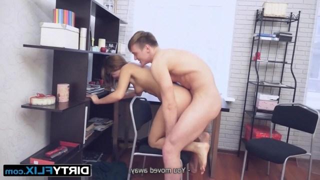 Брюнетке стало скучно в кафе и незнакомый парень забрал ее к себе домой ебаться
