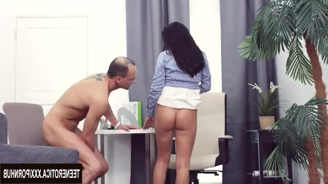 Chanel Lux безумно тревожит мужчину и он трахает ее в жопу на столе