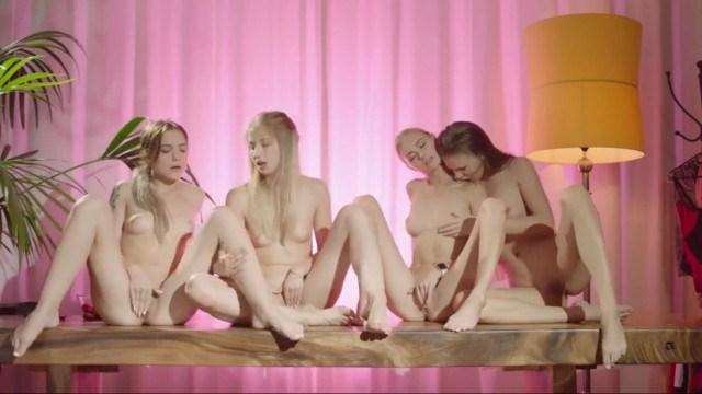 Четыре лесбиянки сидят рядом и занимаются взаимной мастурбацией