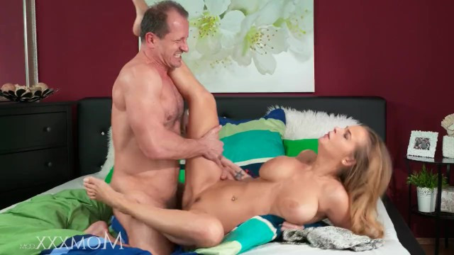 Дамочка покорно ждет мужика в кровати, чтобы он ебал ее и лизал пизду