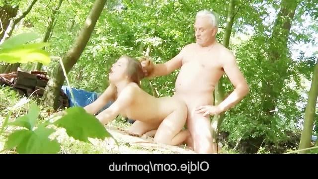 Дедушка решил наказать непослушную внучку инцестом в красивом лесу