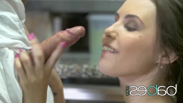 Девушка платит за счет в кафе при помощи минета и секса с официантом