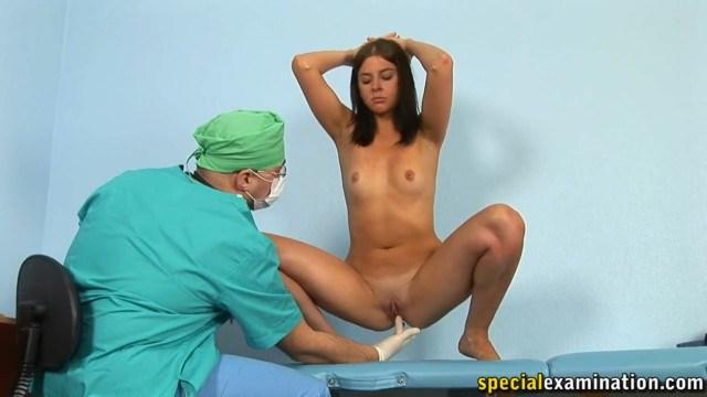 Доктор проводит для брюнетки обследование и нагло ее везде лапает