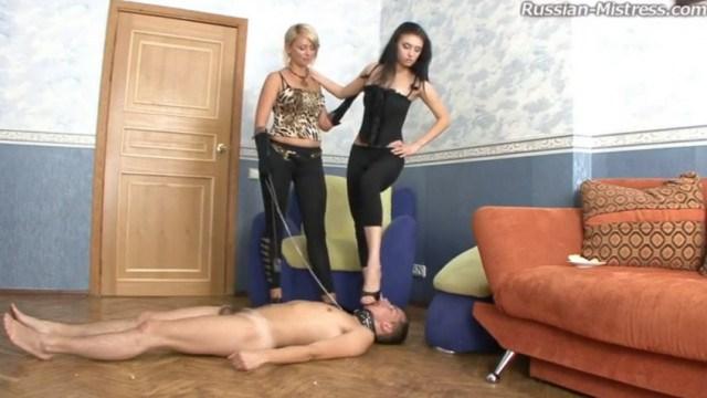 Две госпожи долго издевались над рабом и заставили его старательно лизать ноги