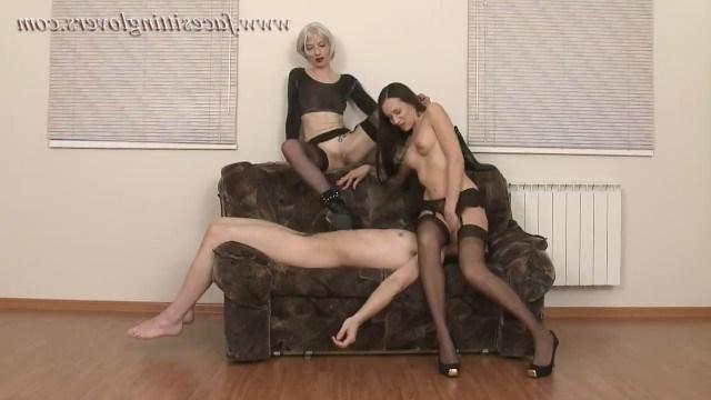 Две госпожи завели себе одного раба, а теперь заставляют его лизать киски