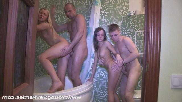 Две молодые парочки устроили классный свингерский секс в ванной комнате