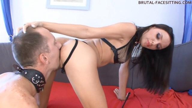 Госпожа Аурита воспитывает раба и заставляет его вылизывать влажную промежность