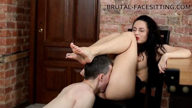 Госпожа так сильно хотела получить жаркий куни, что села рабу на лицо