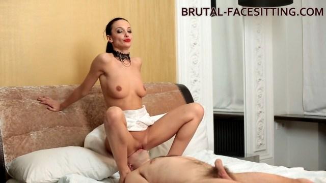 Госпожа заставляет парня лизать пизду, чтобы сделать из него покорного раба