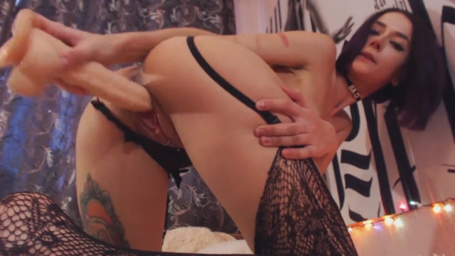 Русская мамка в чулках мастурбирует перед вебкамерой и получает оргазм