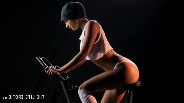 Красивая спортсменка прерывает свою тренировку, чтобы помастурбировать пизду