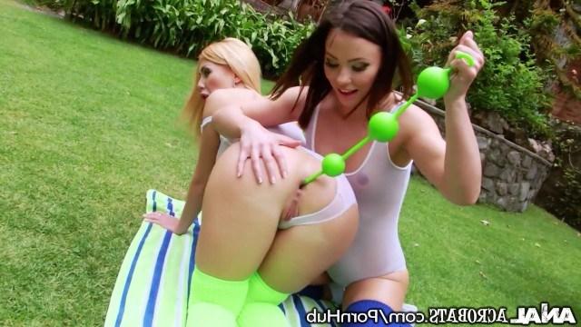 Красивые лесбиянки пихают шарики в анал удовлетворяя друг друга на природе