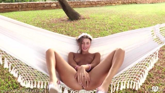 Красотка катается на гамаке и нежно удовлетворяет себя мастурбацией пизденки