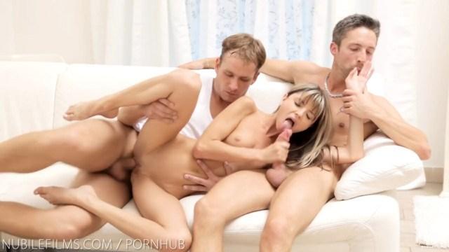 Красотка уняла свое любопытство, поучаствовав в групповухе с двумя мужиками