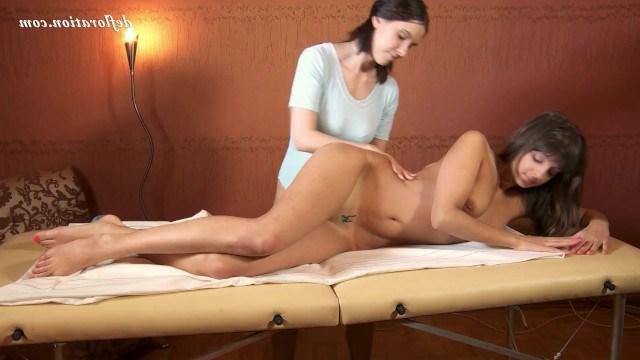 Лесбиянка делает массаж обворожительной девственнице и ласкает ее нежное тело
