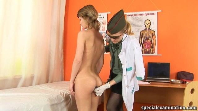 Лесбиянка провела очень грубый осмотр молоденькой и покорной пациентки