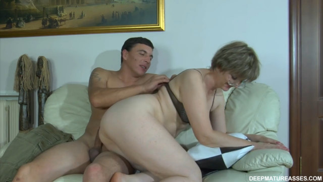 Мама получает жесткий анал от сына, но это ее единственная радость в жизни