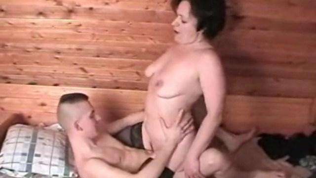 Мать поддалась поддалась порокам и разбудила сына для классного секса