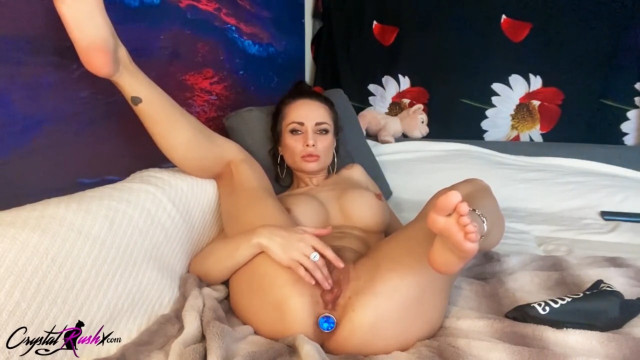 Милфа Кристалл Раш трахает себя игрушкой и снимает мастурбацию на вебку