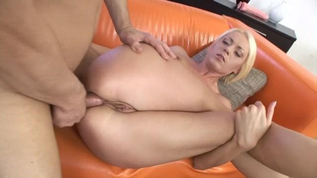 Молодая блонда любит добротный анальный секс, который приносит много ощущений