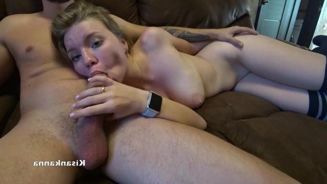 Молодая блондинка садится на член парня и классно ебется дома