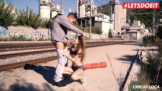 Молодая девка занялась безумным сексом возле жд вокзала не боясь что ее увидят