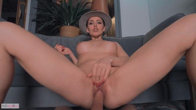 Молодая экстравагантная женщина в шляпке сосет парню и трахается в киску