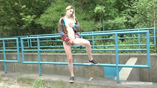 Молодая Милена Деви слушает музыку и мечтает о мужике, мастурбируя киску