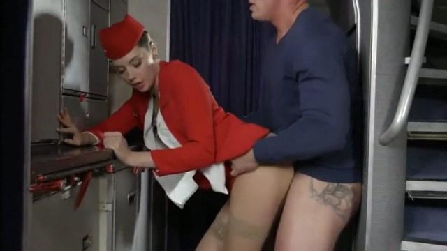 Молодая стюардесса в чулках трахается с пассажиром преодолевая турбулентность