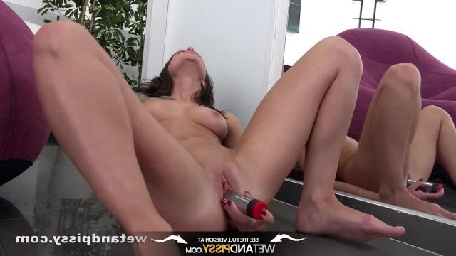 Молодая телка Лита Феникс желает классно кончить и мастурбирует игрушкой пизду