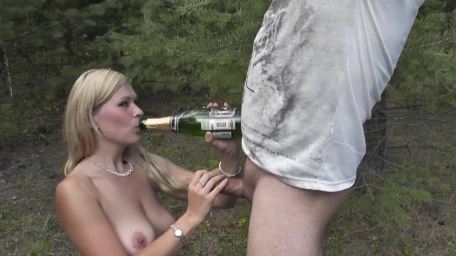 Молодая телка пьет шампанское и сосет парню, а потом ебется с ним в лесу и курит