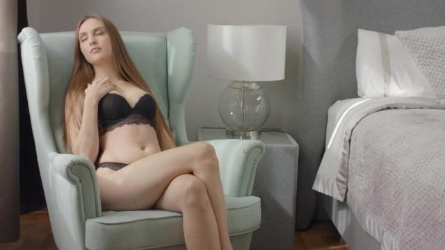 Молодая звезда сохраняет целку и мастурбирует киску для поднятия настроения