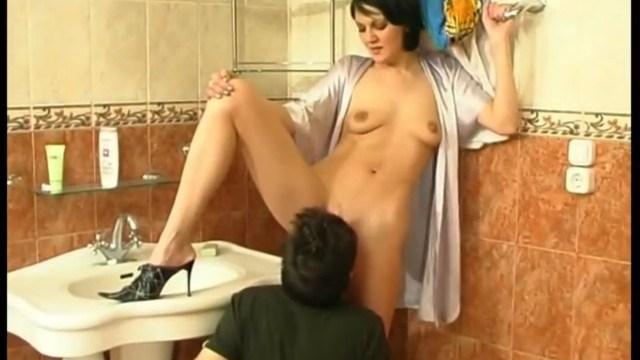 Русские молодой рабочий трахнул хозяйку, голые сексуальные грудастые девушки