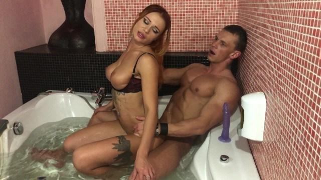Муж с женой вместе мылись в большой ванной, а потом устроили развратную еблю