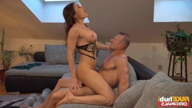 Мужчина проводит вечер с красивой любовницей и страстно трахает ее тело
