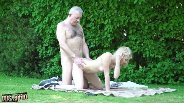 На улице молодая девка Lolly Small пообщалась со стариком и трахнулась с ним