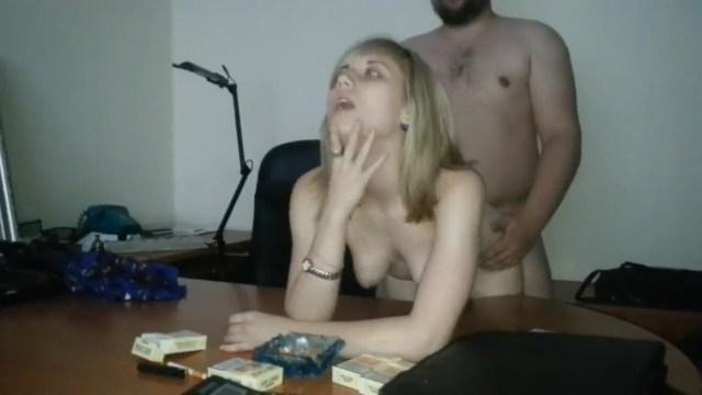 Начальник жестоко трахает свою секретаршу, чтобы она отработала свою премию
