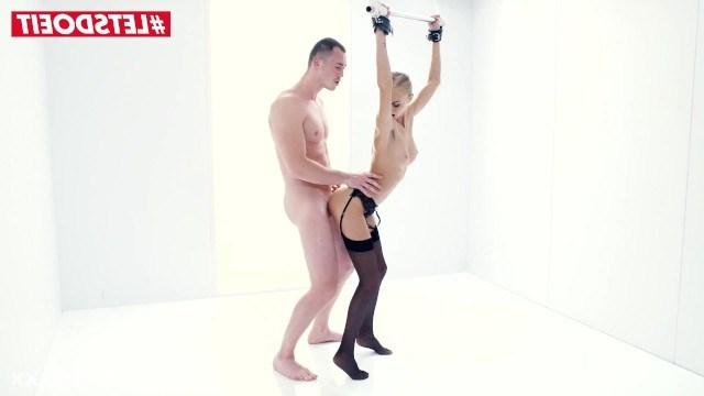Нэнси Эй пробует секс в подвязанном состоянии и натирает пизду об хуй мужчины