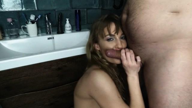 Очаровательная жена умело делает минет и получает сперму в рот