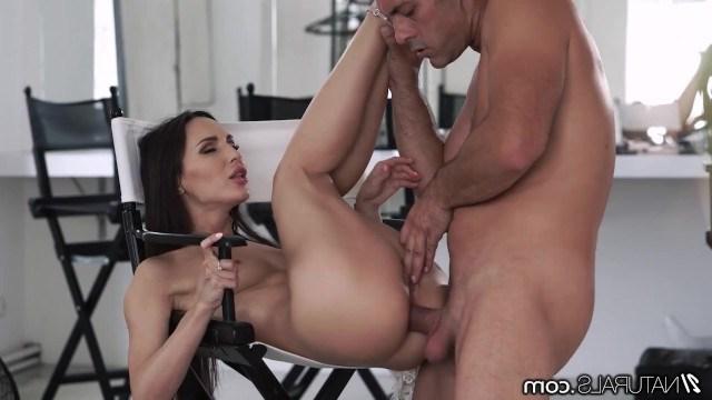 Очень красивая милфа удовлетворяет мужика анальным сексом за классное свидание