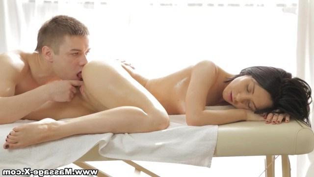 Оказавшись в плену молодого массажиста русская телка закрутила с ним секс
