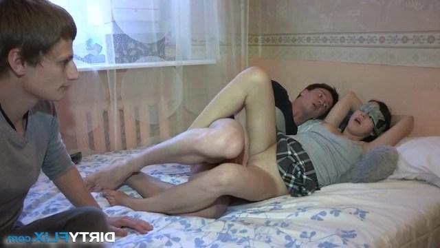Парень нашел молодой телке средство снимать усталость во время измены с другом