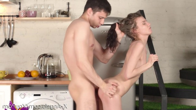 Парень обучает молодую телку Nancy A принимать сперму на лицо после ебли