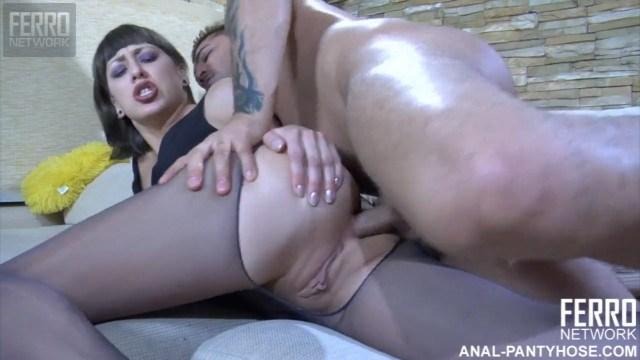 Парень вылизал очко красотки и растянул его пальцами для горячего секса